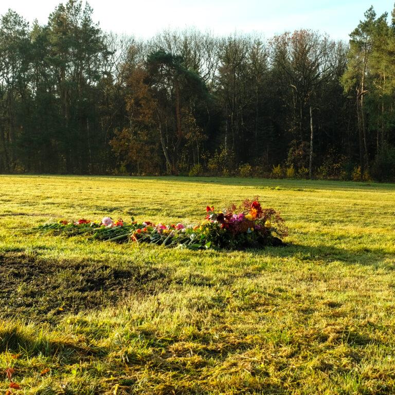 Bloemen op een graf - Natuurbegraafplaats Gelderland - SuAZe
