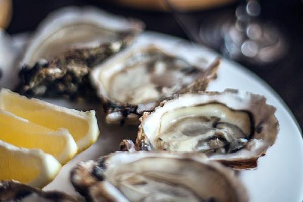 uitvaart-hapje-drankje-oester-wijn